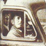 En el asiento trasero del auto es posible ver una anciana ya fallecida