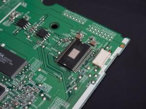 Chil también puede ser llamado microchip, Integrated circuit (IC) o circuito integrado (CI).