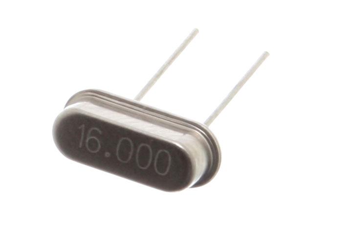 Un cristal de cuarzo de 16 MHz encerrado herméticamente en un paquete HC-49/S, usado como oscilador de cristal.