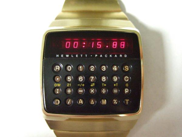 La empresa HP lanza su reloj calculadora algebraica HP-01 que se ajustaba en la muñeca