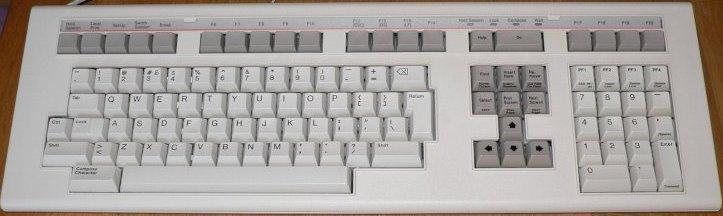 Teclado LK201 de 1982 que popularizó la distribución en T invertida de las teclas de direcciones.